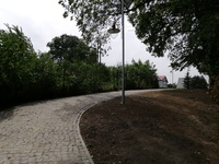 Galeria ścieżka do bramy cmentarza