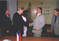 Na zdjęciu od lewej: Joachim Kosz - Przewodniczący Rady Miasta, Arnold Hindera - Burmistrz Białej, Petr Šolc - Starosta Mĕsto Albrechtice, Karel Gančarčik - Vice Starosta